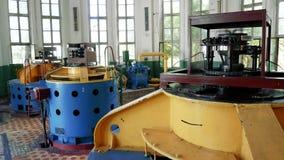 Bombas de agua de trabajo en la depuradora  Instalaciones del tratamiento para la preparación del agua potable para la ciudad metrajes