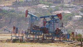 Bombas de petróleo Extração da estação de bombeamento do óleo video estoque