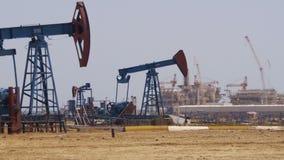 Bombas de petróleo Extracción de la estación de bombeo del aceite metrajes