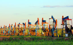 Bombas de petróleo de trabajo en fila Fotografía de archivo libre de regalías