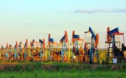 Bombas de petróleo de trabalho na fileira Fotografia de Stock Royalty Free