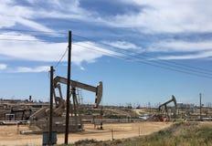 Bombas de poço de petróleo brutas fora dos campos, Califórnia fotografia de stock