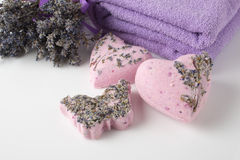 Bombas do banho da alfazema em um fundo branco foto de stock