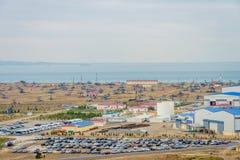 Bombas e equipamentos de óleo pela costa Cáspio Foto de Stock Royalty Free