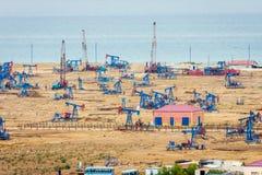 Bombas e equipamentos de óleo pela costa Cáspio fotos de stock