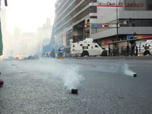 Bombas lagrimogenas en chacao。 库存图片