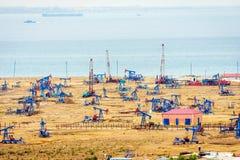 Bombas y aparejos de aceite por la costa caspia Foto de archivo libre de regalías