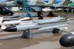 Bombas y misiles para los aviones rusos en el Avi internacional Imagenes de archivo