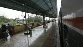 Bombay al viaje de tren de Pune en días lluviosos en área de la colina, tren que sale de la estación Lonavala almacen de metraje de vídeo