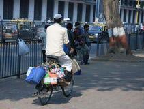 Bombay/la India - 24/11/14 - Dabbawala que entrega hacia fuera en una bicicleta en el ferrocarril de Churchgate Imágenes de archivo libres de regalías