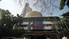 Bombay, la India - 17 de diciembre de 2018: Vieja estructura del edificio de la bolsa de acción de Bombay del mercado de acciones almacen de metraje de vídeo