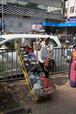 Bombay/la India - 24/11/14 - entrega de Dabbawala en el ferrocarril de Churchgate en Bombay con el dabbawala que descarga tiffins Imágenes de archivo libres de regalías