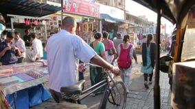 BOMBAY, LA INDIA - MARZO DE 2013: Escena del mercado de calle muy transitada almacen de metraje de vídeo