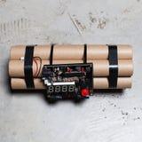 Bombe à retardement avec des rouages électroniques fonctionnants images stock