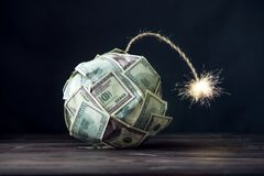 Bombe d'argent cent billets d'un dollar avec une mèche brûlante Peu d'heure avant l'explosion Concept de crisi financier image stock