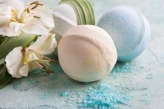 Bombe de Bath, savon et fleurs décoratives Photographie stock libre de droits