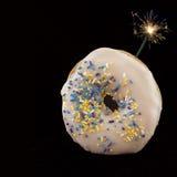 Bombe de calorie : Un beignet avec un fusible allumé Images stock