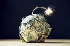 Bombe des Geldes hundert Dollarscheine mit einem brennenden Docht Wenig Zeit vor der Explosion Konzept von Finanzcrisi stockbild