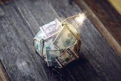 Bombe des Geldes, Hundertdollar-Rechnungen mit einer brennenden Sicherung Explosion von Anlagem?rkten Das Diagramm des Fallens ei stockfoto