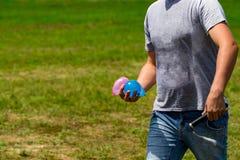 bombe variopinte dell'acqua di estate pronta a giocare E immagine stock