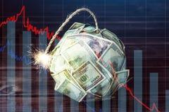 Bombe von GeldDollarscheinen mit einem brennenden Docht Wenig Zeit vor der Explosion Konzept der Finanzwährungskrise stockbild