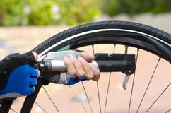 Bombeando o pneumático acima reparado da bicicleta Imagem de Stock