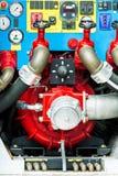 Bombee el panel en el coche de bomberos con las válvulas y los indicadores de presión Fotos de archivo libres de regalías