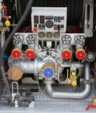 bombee las bocas en coche de bomberos con los indicadores y los controles Imagen de archivo libre de regalías