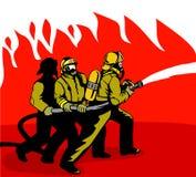 Bombeiros que lutam uma chama Imagem de Stock