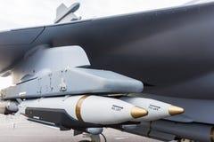 Bomben unter Flugzeugflügel stockfotografie