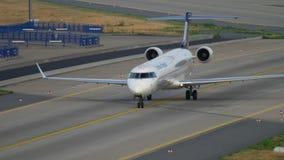 Bombenschütze CRJ-900, der nach der Landung mit einem Taxi fährt stock footage