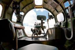 Bomber Boeings B-17.  Innenansicht der Nasenüberdachung und des Vorwärtsgewehrs Lizenzfreies Stockfoto