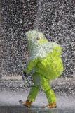 Bombero con un traje para la protección en medio de la FOA malévola Fotos de archivo