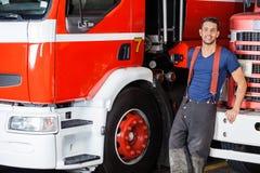 Bombero confiado Leaning On Truck fotos de archivo libres de regalías