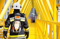 Bombero en industria del petróleo y gas, bombero acertado en el trabajo Foto de archivo libre de regalías