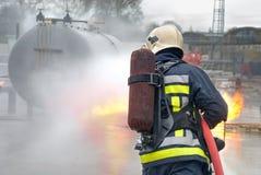 Bombero que extingue el fuego del tanque Fotografía de archivo libre de regalías