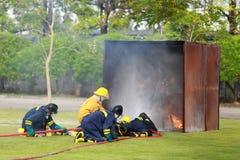 Bombero que lucha para el entrenamiento del ataque de fuego Imagen de archivo libre de regalías