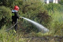 Bombero que lucha un fuego del brezo Foto de archivo libre de regalías