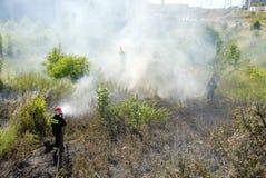 Bombero que lucha un fuego del brezo en Gdansk, Polonia Imagenes de archivo