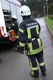 Bombero que trabaja con el compresor de la bomba de agua Foto de archivo libre de regalías