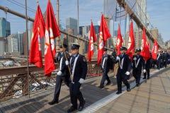 Bomberos de Nueva York en el puente de Brooklyn Imagen de archivo libre de regalías
