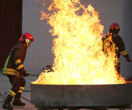 Bomberos durante un ejercicio de formación de un fuego en el brazie fotografía de archivo