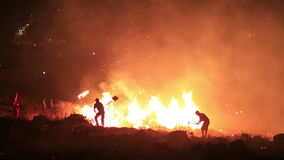 bomberos en el incendio forestal de la noche metrajes