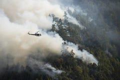 Bomberos en helicóptero observando el fuego de Loge, California Imágenes de archivo libres de regalías