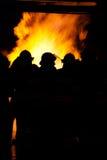 Bomberos en un fuego Foto de archivo libre de regalías