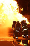 Bomberos que atacan Flames-2 Imagen de archivo