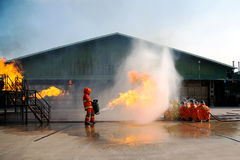 Bomberos que entrenan, el fighti del fuego de la formación anual de los empleados Foto de archivo