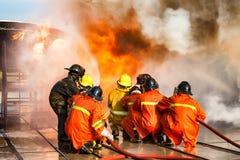 Bomberos que entrenan, el fighti del fuego de la formación anual de los empleados Fotografía de archivo libre de regalías