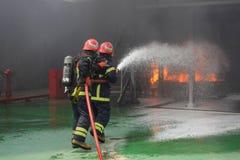 Bomberos que luchan el fuego Imagen de archivo
