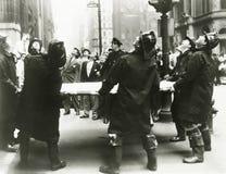 Bomberos que sostienen el trampolín del rescate Fotografía de archivo